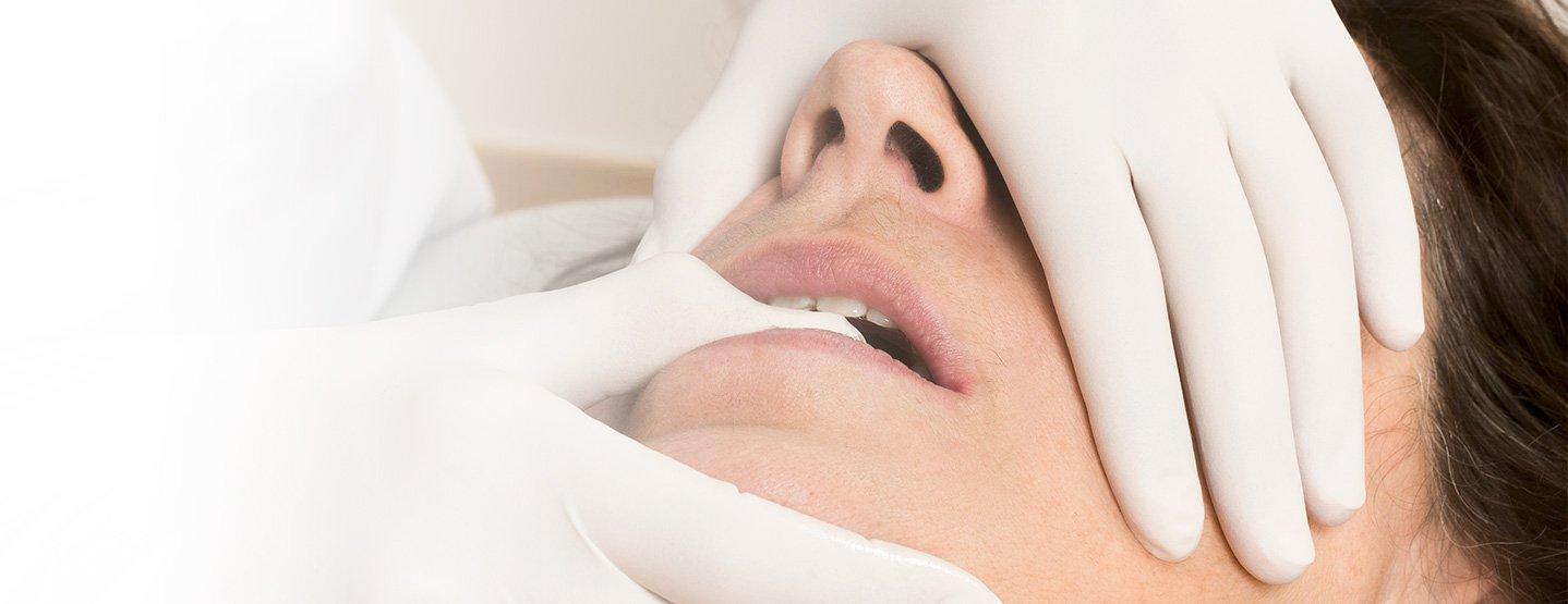 Dolor de mandíbula, bruxismo, pitidos en los oídos, crujidos en la mandíbula, dolor de cabeza, etc. son algunos de los síntomas de la lesión de la ATM. Es una lesión importante y limitante que debe ser tratada de manera profesional.